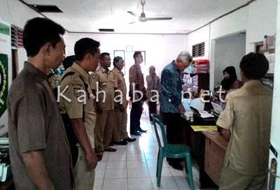 Wakil Bupati Bima saat cek absen pegawai di BPMDes. Foto: Noval