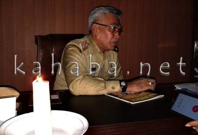 Wakil Bupati Bima saat menerima tamu dengan lilin di meja kerjanya. Foto: Noval