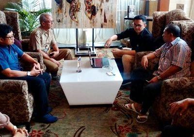 Walikota Bima (Kanan) saat bersama UK Petra Surabaya. Foto: Hum