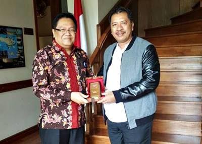 Walikota Bima saat bertemua dengan Harlan H. Hakim. Foto: Hum
