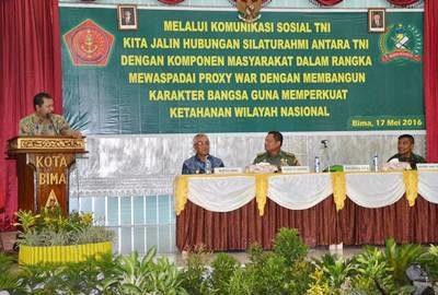 Walikota Bima saat memberikan sambutan acara Ceramah Umum Proxy War. Foto: Hum