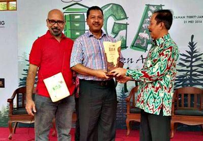 Walikota Bima saat menerima Penghargaan Green City. Foto: Hum
