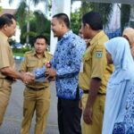 Walikota Bima Serahkan Piala Pemenang MTQ Korpri