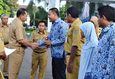 Walikota Bima saat menyerahkan piala dan penghargaan kepada pemenang lomba MTQ Korpri. Foto: Hum