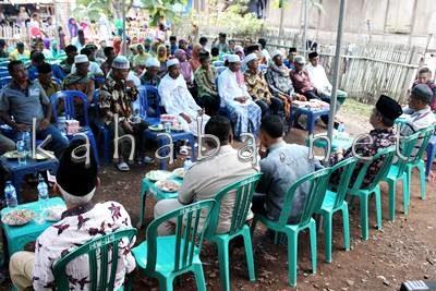 Warga Kelurahan Nitu saat bersama H. Sutarman. Foto: Bin