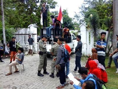 Warga Oi Tui saat menggelar aksi didepan Kantor DPRD Kabupaten Bima. Foto: Ady