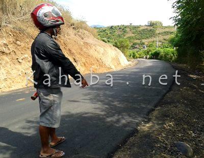 Warga saat menunjuk aspal tipis di jalur Soromandi. Foto: Noval