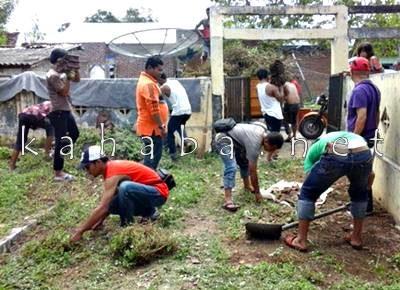 Wartawan Bima saat membersihkan Langgar Kuno Melayu. Foto: Ady