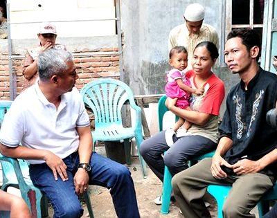 Wawali Bima didampingi Lurah Monggonao saat jenguk Alrisa. Foto: Hum