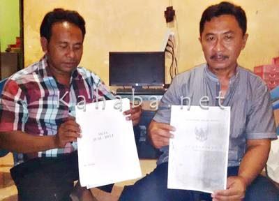Zaelani (Kanan) bersama Sarjan menunjukan sertifikat dan akta jual beli tanah Parapimpi. Foto: Bin