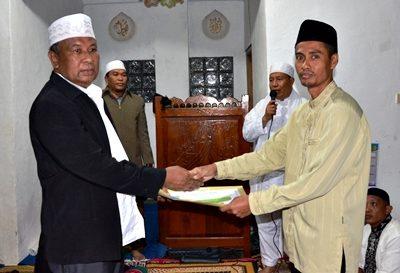 Asisten Pemerintahan dan Kesra Setda Bima H. Abdul Wahab serahkan bantuan. Foto: Hum