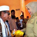 Bupati Bima Serahkan Parcel untuk Imam, Lebe, Bilal dan Marbot