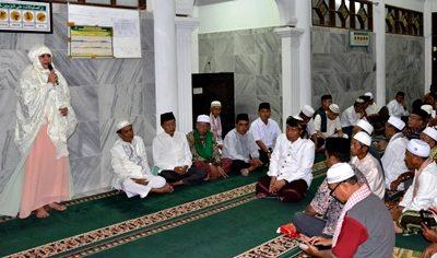 Bupati Bima saat pidato di Masjid Desa Maria. Foto: Hum
