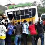 Masuk Got, Bus Nyaris Terbalik