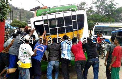 Bus Merry Putri saat didorong keluar dari Got. Foto: Noval
