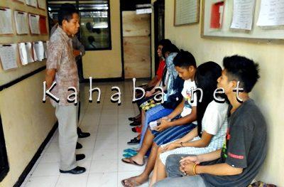 Enam pasangan mahasiswa saat diamankan di Polsek Rasanae Barat. Foto: Deno