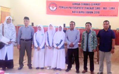 Pose bersama Panitia dan peserta LCC. Foto: Bin