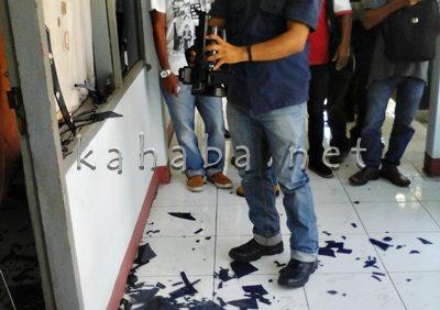 Kaca ruangan Komisi III DPRD Kabupaten Bima pecah. Foto: Deno