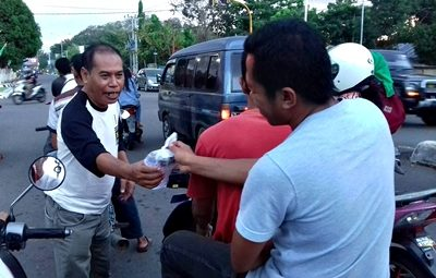 Kader PKS Anwar Arman saat bagi bagi Takjil. Foto: Facebook Anwar Arman