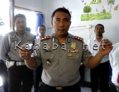 Kapolres Bima menunjukan urine yang dites BNN Kabupaten Bima. Foto: Deno