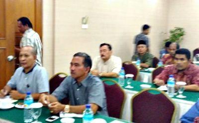 Kepala Bakesbangpol Kota Bima Ach. Fathoni (Depan Kanan) dan Sugiarto saat mengikuti Rakor Penanganan Konflik Sosial. Foto: Eric