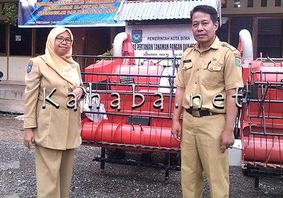 Kepala Dispertanak Kota Bima, Hj. Rini Indriarti (Kiri) dengan stafnya pose di depan Mesin Perontok Padi. Foto: Eric