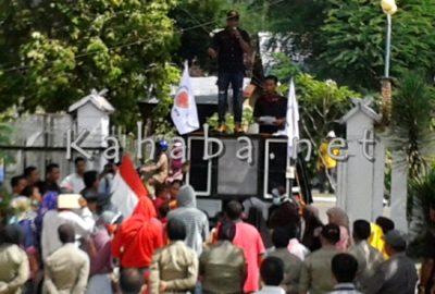 Massa saat demo kantor DPRD Kabupaten Bima. Foto: Noval