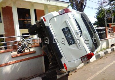 Mini Bus hantam pagar kantor Pengadilan Bima. Foto: Deno