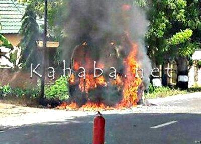Mobil terbakar di sekitar SPBU. Foto: Deno