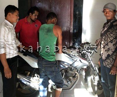 Pelaku (Baju Hijau) saat diamankan Polisi. Foto: Deno