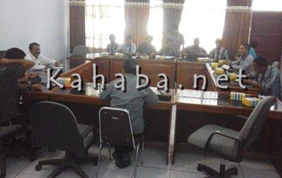 Pertemuan Komisi II dgn Penangkar sebelum melanjutkan pertemuan dengam BPSB Kab Bima. Foto: Ady