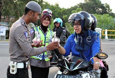 Polres Bima saat bagi - bagi takjil kepada pengguna jalan. Foto: Deno