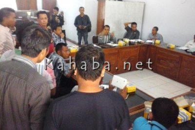 Sejumlah pemuda saat berupaya menggagalkan pertemuan Komisi II dgn Penangkar. Foto: Ady