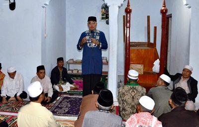 Wabup BIma memaparkan makna religius dihadapan jamaah Sholat Tarawih. Foto: Hum