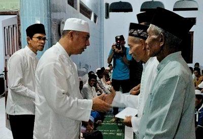 Wakil Walikota Bima menyerahkan bantuan untuk pengurus Masjid di Rontu. Foto: Hum
