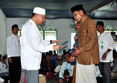 Wakil Walikota Bima saat menyerahkan bantuan pembangunan Masjid Nitu. Foto: Hum