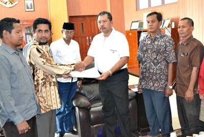 Walikota Bima menerima RAB yang diajukan KPU. Foto: Hum