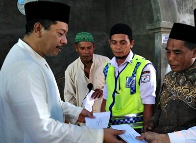 Walikota Bima menyerahkan bantuan Masjid Baiturrahmi Wadumbolo Kelurahan Dara. Foto: Hum