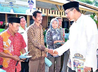Walikota Bima saat menyerahkan bantuan pertanian. Foto: Hum