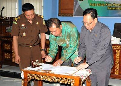 Walikota dan Kejari Bima saat TTD kerjasama. Foto: Hum