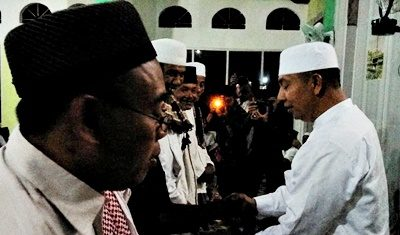 Wawali Bima saat menyerahkam bantuan untuk Masjid Baburrahman Mande. Foto: Hum
