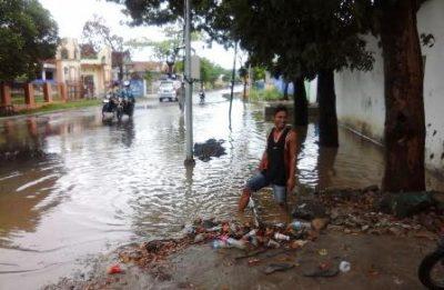 Kondisi genangan air pasca banjir tadi malam di Kecamatan Asakota. Foto: Deno
