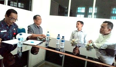 Adiman dan Zulharman, inisiator PII Cabang Bima saat berdiskusi dengan staf ahli Pemkot Bima. Foto: Kahaba