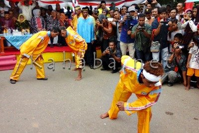 Atraksi Adu kepala saat pawai HUT Bima. Foto: Deno