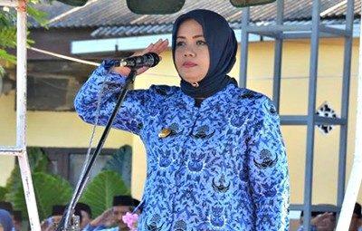 Bupati Bima Hj. Indah Dhamayanti Putri memimpin Apel pagi. Foto: Hum