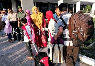 Bupati saat menyambut warga Bima yang mudik di Bandara Sultan Muhammad Salahuddin Bima. Foto: Deno