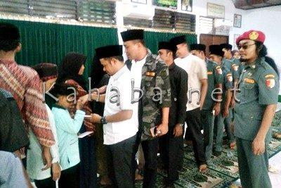 Garda Bangsa PKB NTB saat memberikan santunan kepada yatim piatu. Foto: Ady