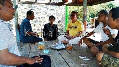 H. Sutarman (Kaos Kuning) saat berdiskusi dengan warga Kampung Sigi korban pelemparan. Foto: Bin