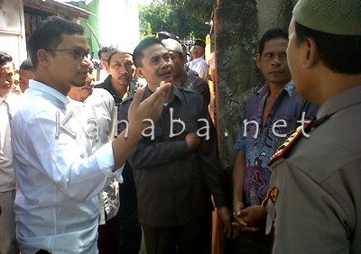 Hanafi Rais didampingi Ketua DPRD Kota Bima berkunjung ke rumah orang tua Fajar di Penatoi. Foto: Tim