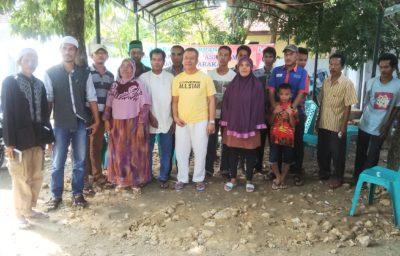 H. Sutarman bersama warga Kampung Sigi Paruga. Foto: Bin